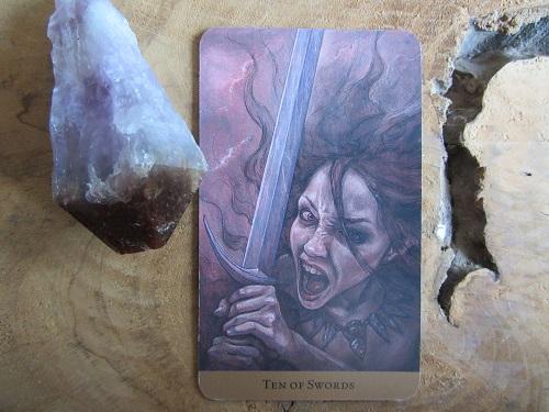 Zwaarden 10 in de Tarot of the Hidden Realm